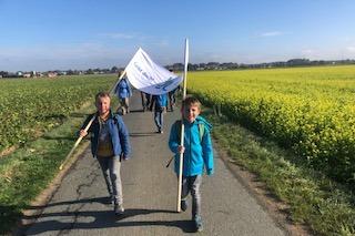 225 Grundschulkinder pilgern mit fürs Klima / 2.400 Kilometer an einem Tag