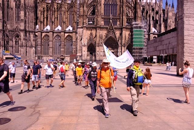 Klimapilger laufen durch Köln